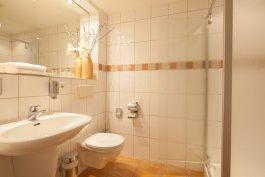Badezimmer  (wahlweise mit Dusche oder Badewanne)